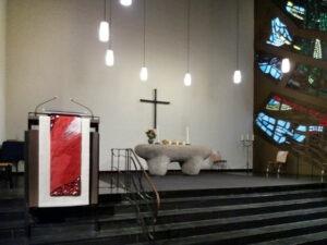 Andreaskirche Frankfurt-Eschersheim - rotes Antependium an der Kanzel