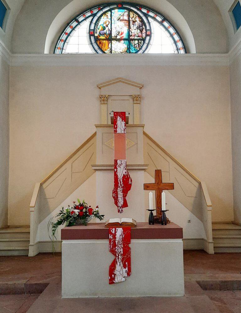 Altar- und Kanzelantependium in der liturgischen Farbe Rot